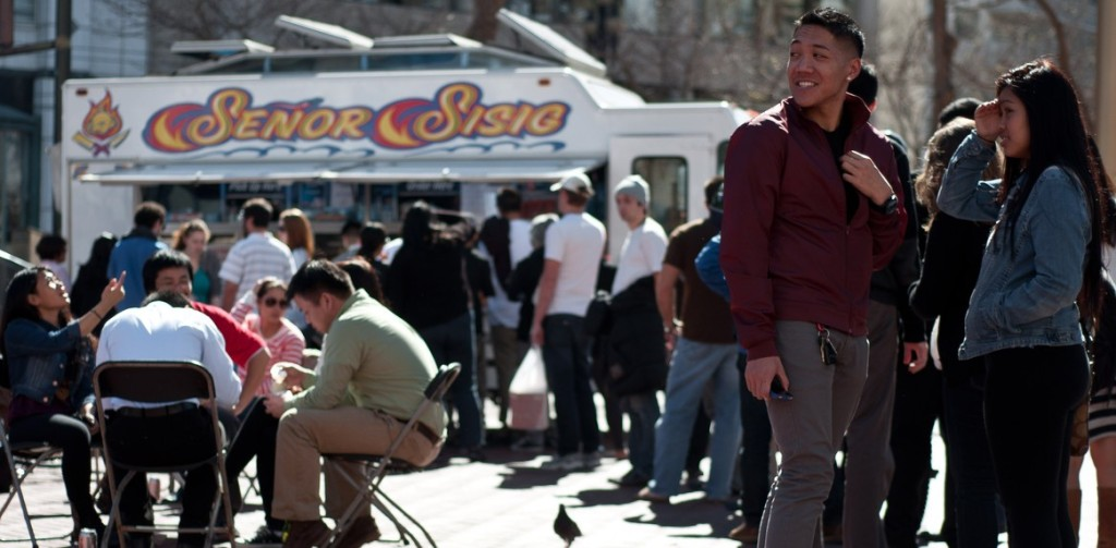 Eager lunchers patiently wait in line for some delicious Filipino-fusion. Photo from Señor Sisig's website